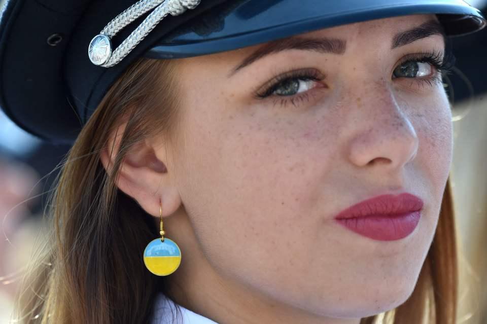"""Dàn nữ cảnh sát Ukraine hấp dẫn chụp """"tự sướng"""" trên phố - 5"""