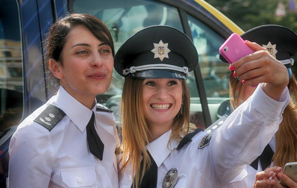 """Dàn nữ cảnh sát Ukraine hấp dẫn chụp """"tự sướng"""" trên phố - 4"""