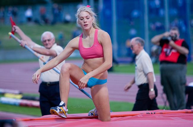 Melanie Adams không chỉ là vận động viên nhảy sào mà còn là một người mẫu. Cô là thành viên của đội tuyển nhảy sào Úc.