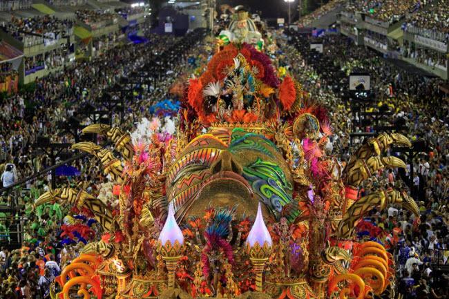 Lễ hội Carnival tại thành phố Rio de Janeiro là một trong những lễ hội hấp dẫn và nổi tiếng nhất trên thế giới. Các vũ công samba mất cả năm để chuẩn về mặt kỹ thuật và trang phục cho sự kiện này.