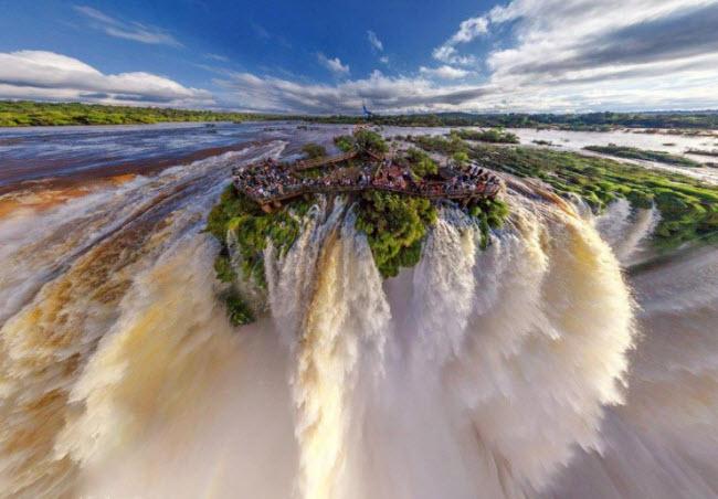 Bắt nguồn từ dòng sông Iguazu, thác nước cùng tên không quá cao (87m) nhưng thực sự ngoạn mục, với 275 thác nước nhỏ trải dài 2.700 m. Thác Iguazu cao và rộng hơn so với thác Niagara, thác có hai tầng gồm nhiều ngọn nước lớn nhỏ khác nhau với hình dạng móng ngựa.
