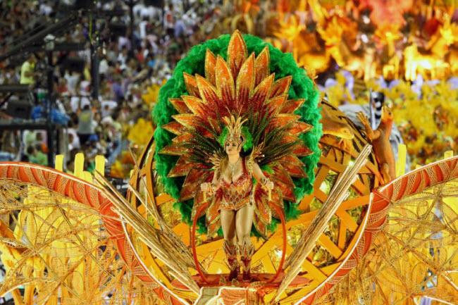 Tới Rio de Janeiro vào dịp lễ hội Carnival, du khách có cơ hội chiêm ngưỡng những màn múa samba đặc sắc và trang phục lộng lẫy của của vũ công cũng như hòa mình vào không khí náo nhiệt nơi đây.