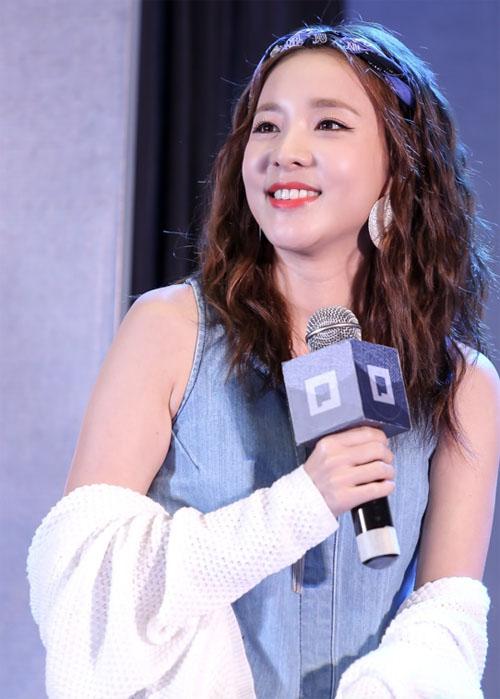 Hàng ngàn fan Việt phát cuồng vì cô nàng đẹp nhất 2NE1 - 4