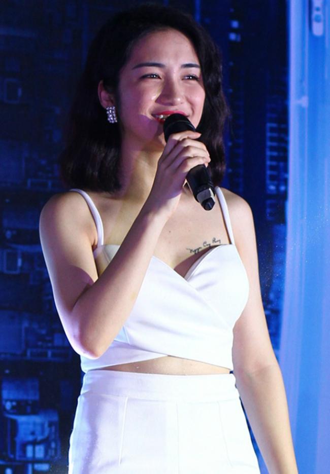 Đặc biệt, các fan không khó phát hiện ra hình xăm khá lớn trên vòng của Hòa Minzy. Đó là hình xăm tên bạn trai cô, danh thủ Nguyễn Công Phượng.