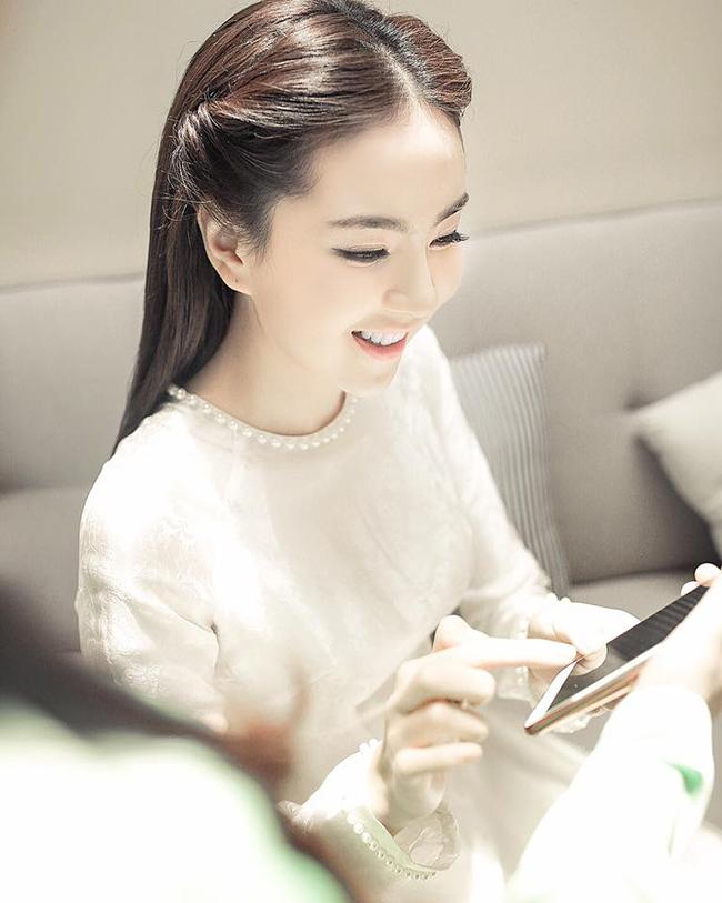 """Mai Ngọc là một trong những MC siêu hot của VTV, cô được nhiều người gọi bằng cái tên  """" Cô gái thời tiết """" ."""