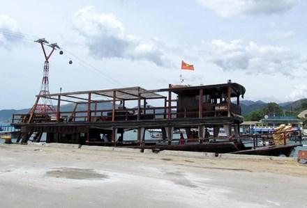 Khánh Hòa: Tàu du lịch bị đâm chìm ngay tại cảng - 1