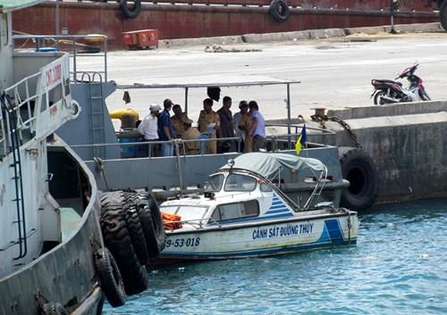 Khánh Hòa: Tàu du lịch bị đâm chìm ngay tại cảng - 2