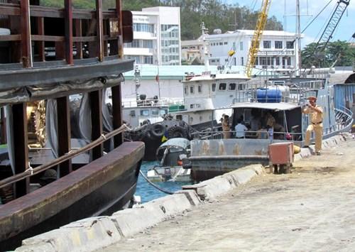 Khánh Hòa: Tàu du lịch bị đâm chìm ngay tại cảng - 3
