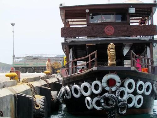 Khánh Hòa: Tàu du lịch bị đâm chìm ngay tại cảng - 4