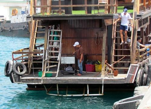 Khánh Hòa: Tàu du lịch bị đâm chìm ngay tại cảng - 5