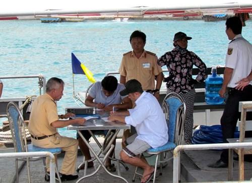 Khánh Hòa: Tàu du lịch bị đâm chìm ngay tại cảng - 8