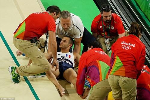 Cận cảnh cú nhảy khiến VĐV Pháp gãy gập chân tại Olympic - 6