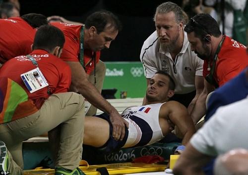 Cận cảnh cú nhảy khiến VĐV Pháp gãy gập chân tại Olympic - 8