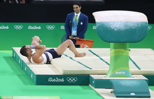 Cận cảnh cú nhảy khiến VĐV Pháp gãy gập chân tại Olympic - 2