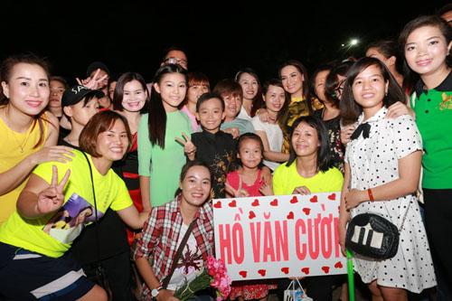 Hồ Văn Cường bị khán giả Thủ đô quây kín - 4