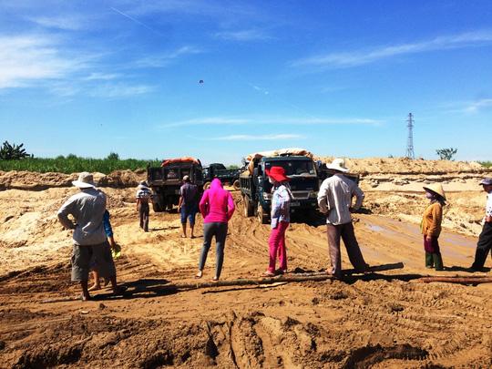 Doanh nghiệp ồ ạt khai thác cát, dân bức xúc chặn xe - 1