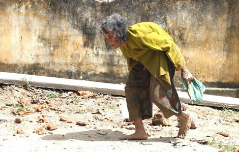 Cụ bà 90 tuổi lưng còng, tóc bạc vẫn trồng ngô tỉa bắp - 2