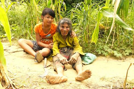 Cụ bà 90 tuổi lưng còng, tóc bạc vẫn trồng ngô tỉa bắp - 5