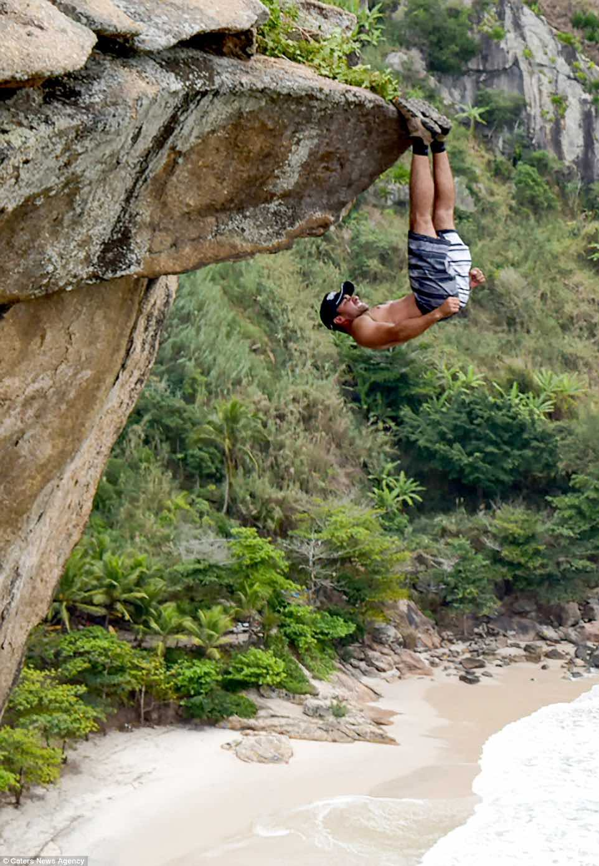 Thót tim cảnh dùng bàn chân treo ngược người trên vách đá - 1