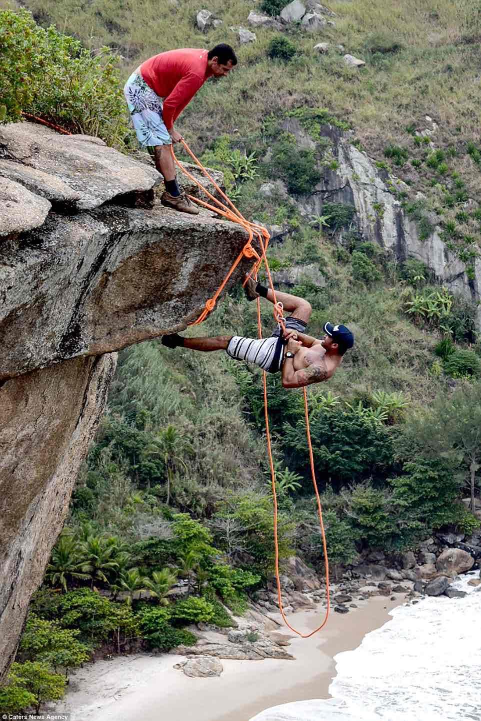 Thót tim cảnh dùng bàn chân treo ngược người trên vách đá - 3