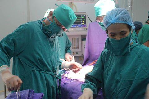 3 giờ cứu bé sơ sinh bị lòi toàn bộ ruột, tạng - 1