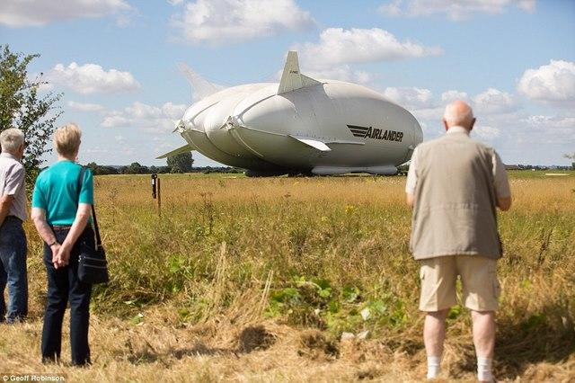 """Máy bay lớn nhất thế giới hình """"chiếc mông"""" lộ diện - 1"""