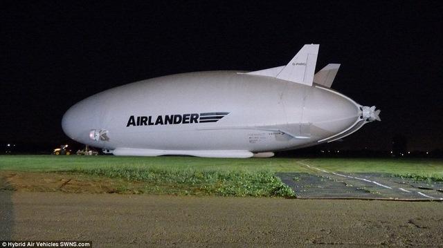 """Máy bay lớn nhất thế giới hình """"chiếc mông"""" lộ diện - 2"""