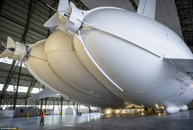 """Máy bay lớn nhất thế giới hình """"chiếc mông"""" lộ diện - 4"""