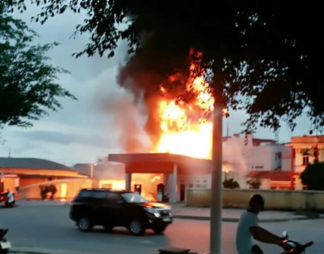 Quảng Ninh: Cửa hàng xăng cháy rụi là do đốt vàng mã - 1