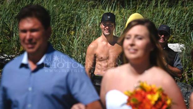 Thủ tướng Canada cởi trần, vô tình lọt vào ảnh cưới - 2