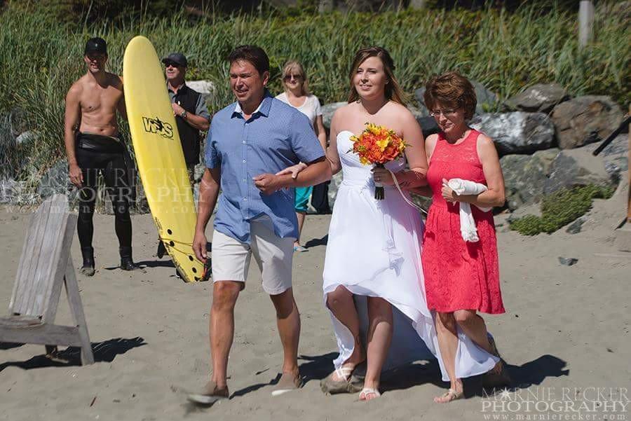 Thủ tướng Canada cởi trần, vô tình lọt vào ảnh cưới - 1