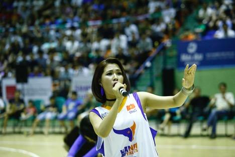 """Hà Nhi Idol """"bùng nổ"""" cùng giải bóng rổ chuyên nghiệp Việt Nam - VBA - 1"""