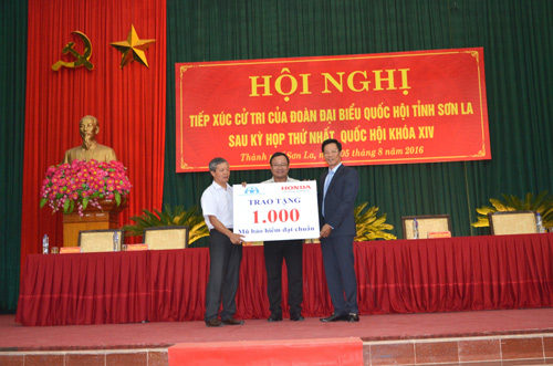 Honda Việt Nam trao tặng 1.000 mũ bảo hiểm cho trẻ em và người dân Sơn La - 1