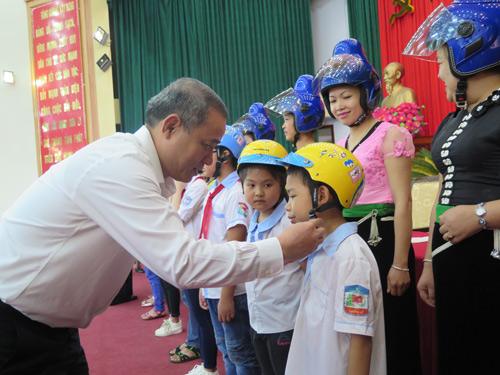 Honda Việt Nam trao tặng 1.000 mũ bảo hiểm cho trẻ em và người dân Sơn La - 2