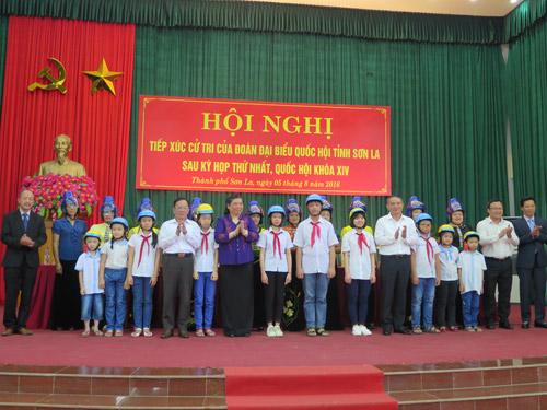 Honda Việt Nam trao tặng 1.000 mũ bảo hiểm cho trẻ em và người dân Sơn La - 3