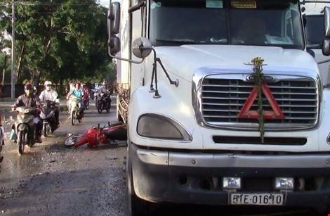 Sụp ổ gà, một phụ nữ suýt chết dưới bánh xe container - 1