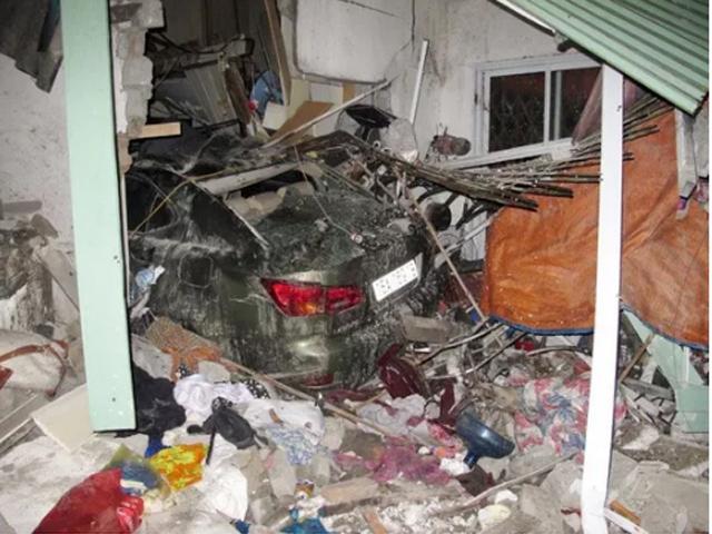 Xế hộp Lexus tông vào nhà dân, 6 người thương vong - 1