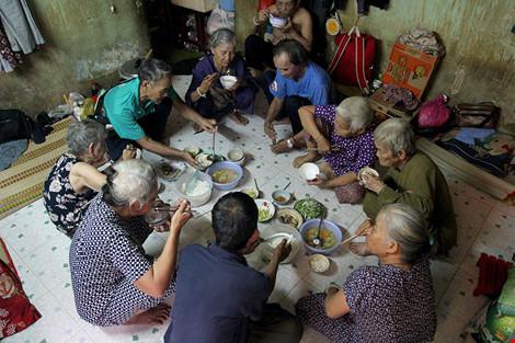 """Cuộc sống của """"đại gia đình"""" 37 người bán vé số ở Sài Gòn - 1"""