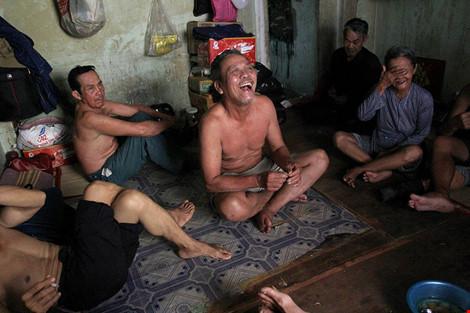 """Cuộc sống của """"đại gia đình"""" 37 người bán vé số ở Sài Gòn - 18"""