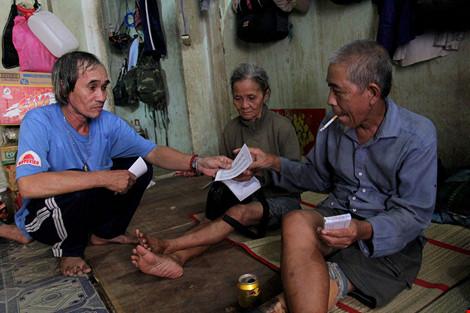 """Cuộc sống của """"đại gia đình"""" 37 người bán vé số ở Sài Gòn - 19"""