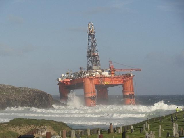 Scotland: Giàn khoan 17.000 tấn ở biển bị gió đẩy lên bờ - 2