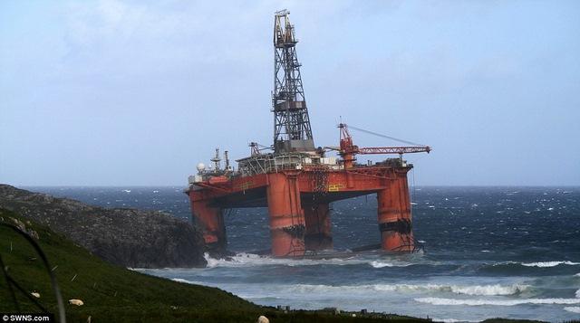 Scotland: Giàn khoan 17.000 tấn ở biển bị gió đẩy lên bờ - 1