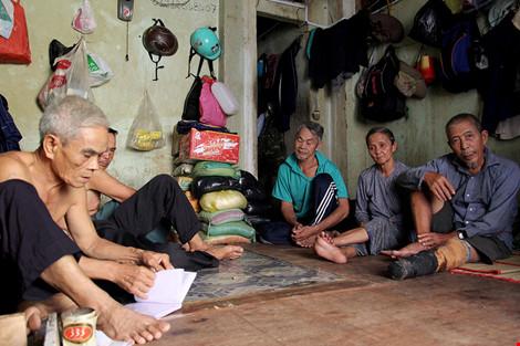 """Cuộc sống của """"đại gia đình"""" 37 người bán vé số ở Sài Gòn - 13"""