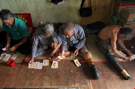 """Cuộc sống của """"đại gia đình"""" 37 người bán vé số ở Sài Gòn - 16"""