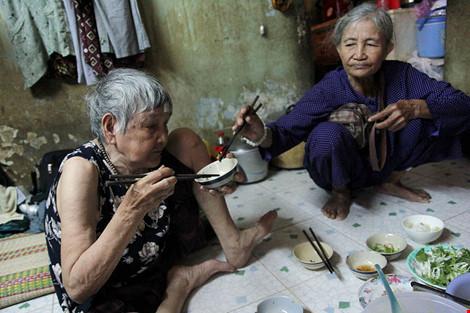 """Cuộc sống của """"đại gia đình"""" 37 người bán vé số ở Sài Gòn - 17"""