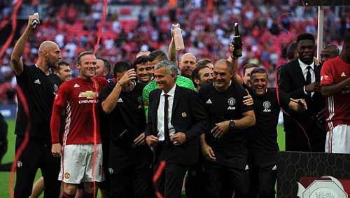 MU vung tiền mua danh hiệu: Sẽ đổi thay nhờ Mourinho - 2
