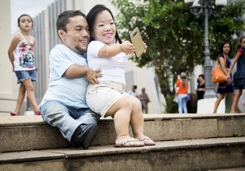 Ngưỡng mộ hạnh phúc của cặp đôi chỉ cao 89cm - 2