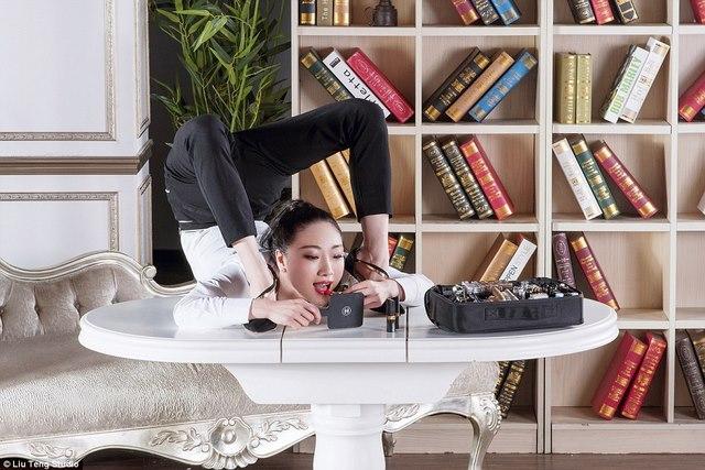 Nữ nghệ sĩ uốn dẻo Trung Quốc…đánh son bằng chân - 1
