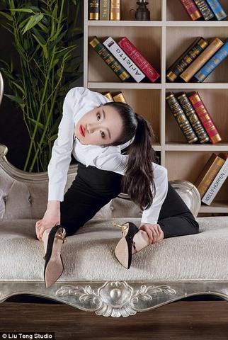 Nữ nghệ sĩ uốn dẻo Trung Quốc…đánh son bằng chân - 5