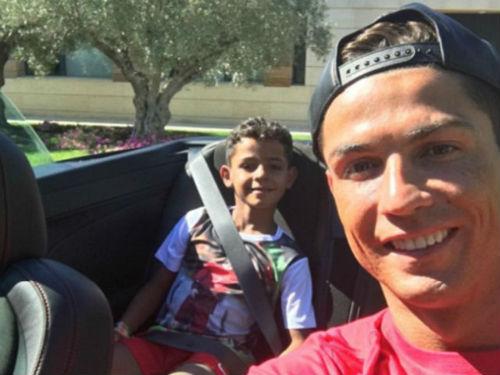 Real vô địch siêu cúp, Ronaldo đưa con đi ăn kem - 1